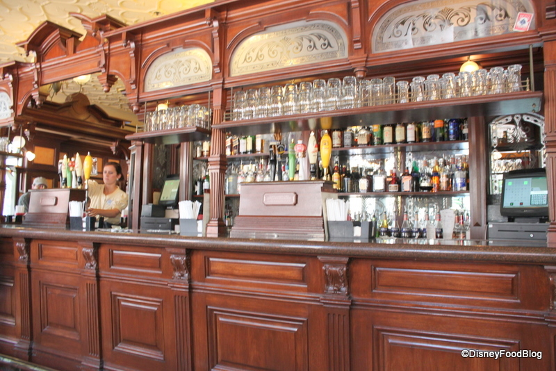 rose and crown dining room | Review: Rose and Crown Pub and Dining Room in Epcot's UK ...