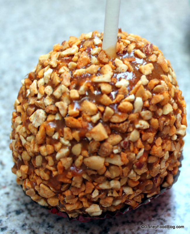 Snack Series Disneyland S Spicy Peanut And Hunny Pot Caramel Apples The Disney Food Blog