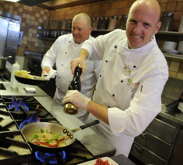 Chef Albert Youngman (l) and Executive Chef Jens Dahlmann
