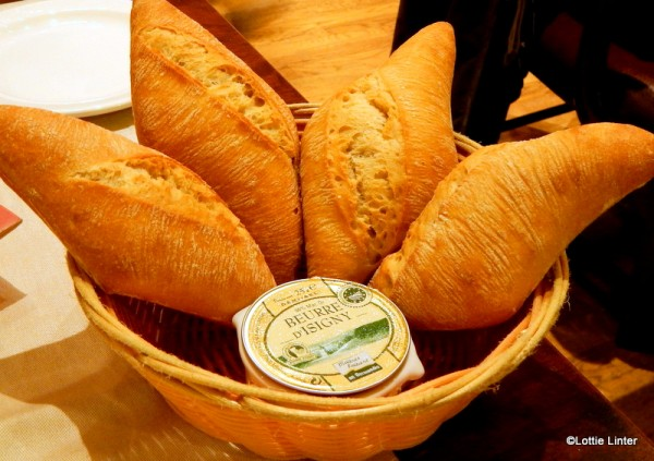 The nicely presented bread basket