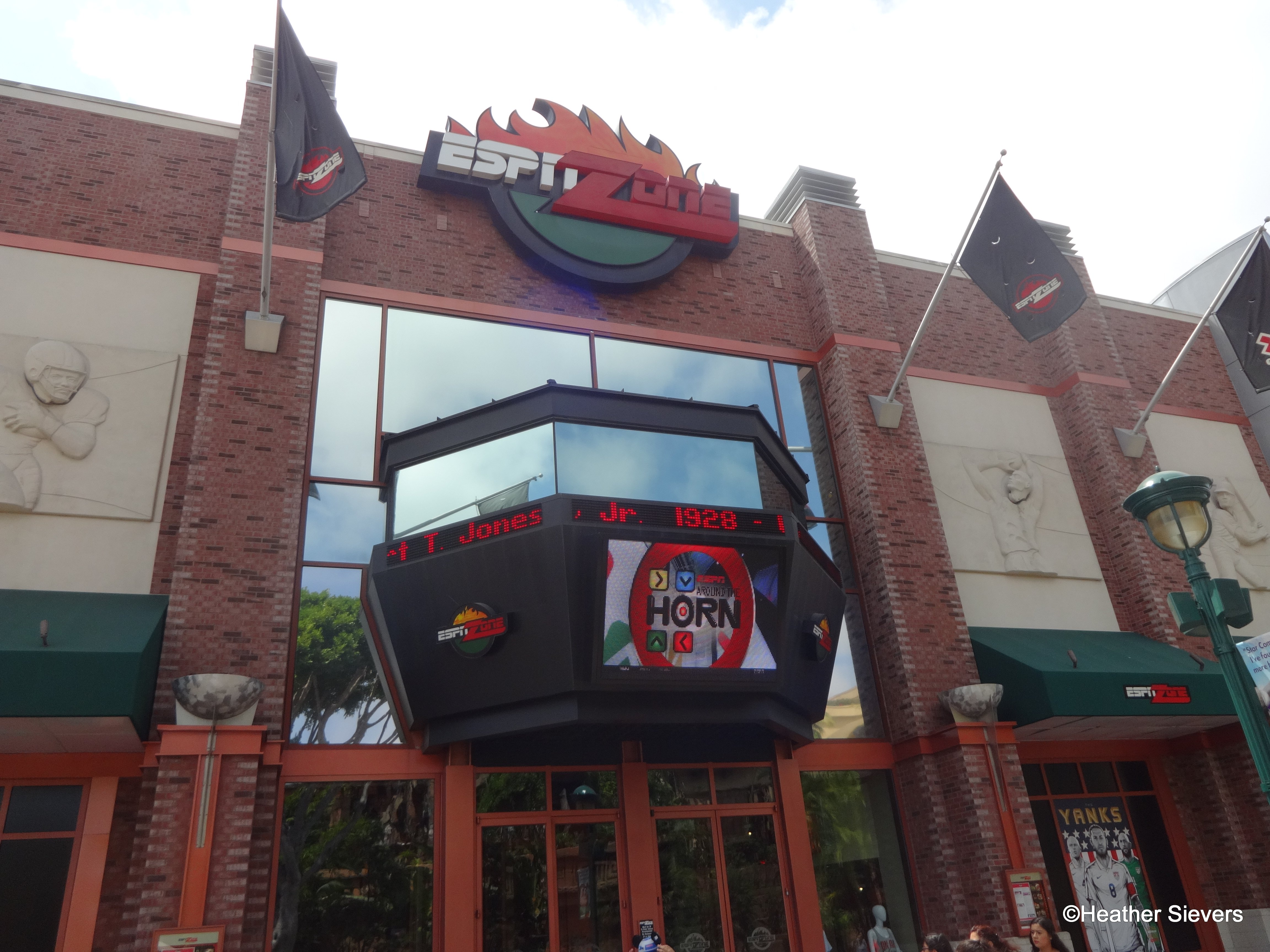 Dining In Disneyland Review Summer Menu Items At Downtown
