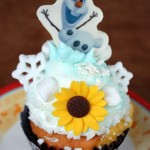 "Review: Anna's Happy Birthday Cupcake (A ""Frozen Fever"" Treat)"
