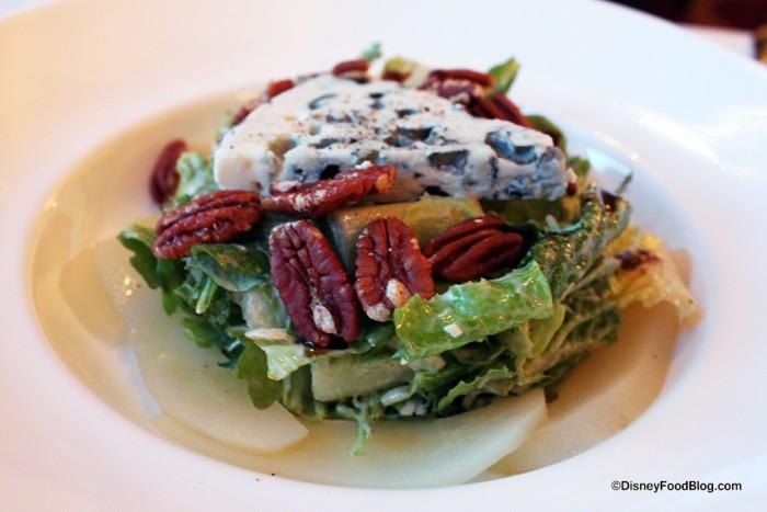 Salade au Roquefort à la poire et aux noix de pécan caramélisées