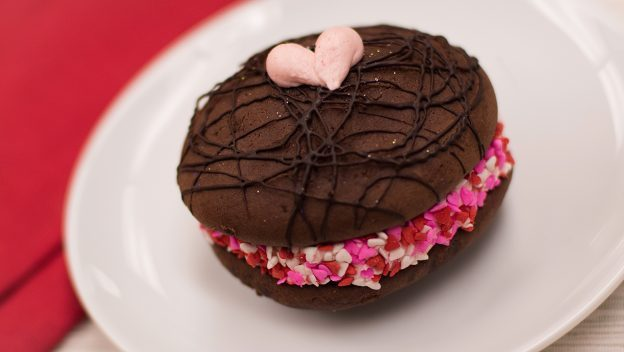 Chocolate Strawberry Whoopie Pie ©Disney
