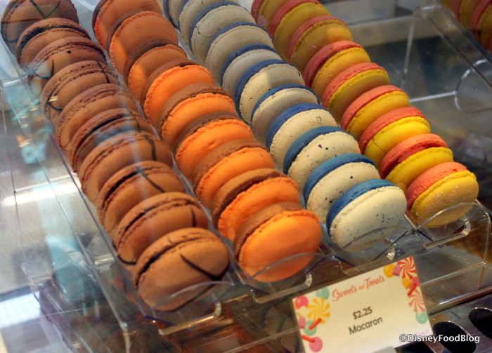 So many colorful macarons!