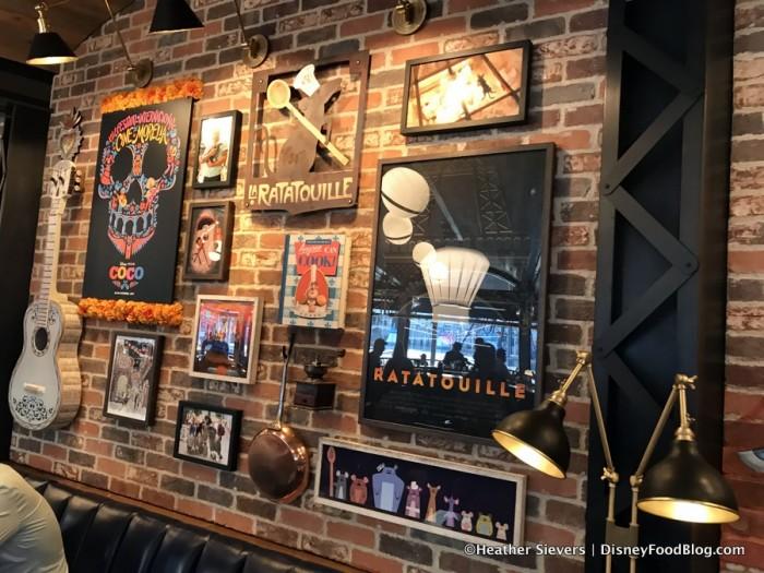 Lamplight Lounge decor