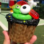 REVIEW! New Bubble, Apple, Toil, and Trouble Cupcake in Disney World