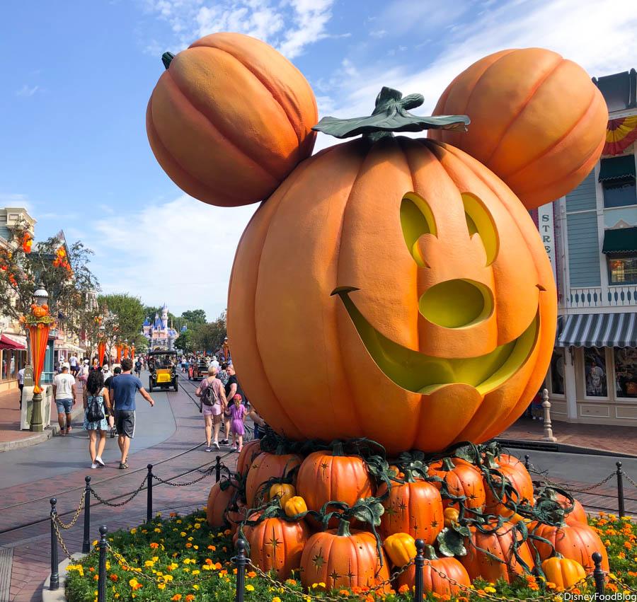 Halloween In Disneyland 2019.We Re Live At Halloween Time In Disneyland Resort